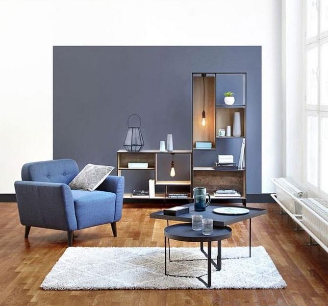 Salon Moderne Avec Un Bleu Navy Et Plus Clair –