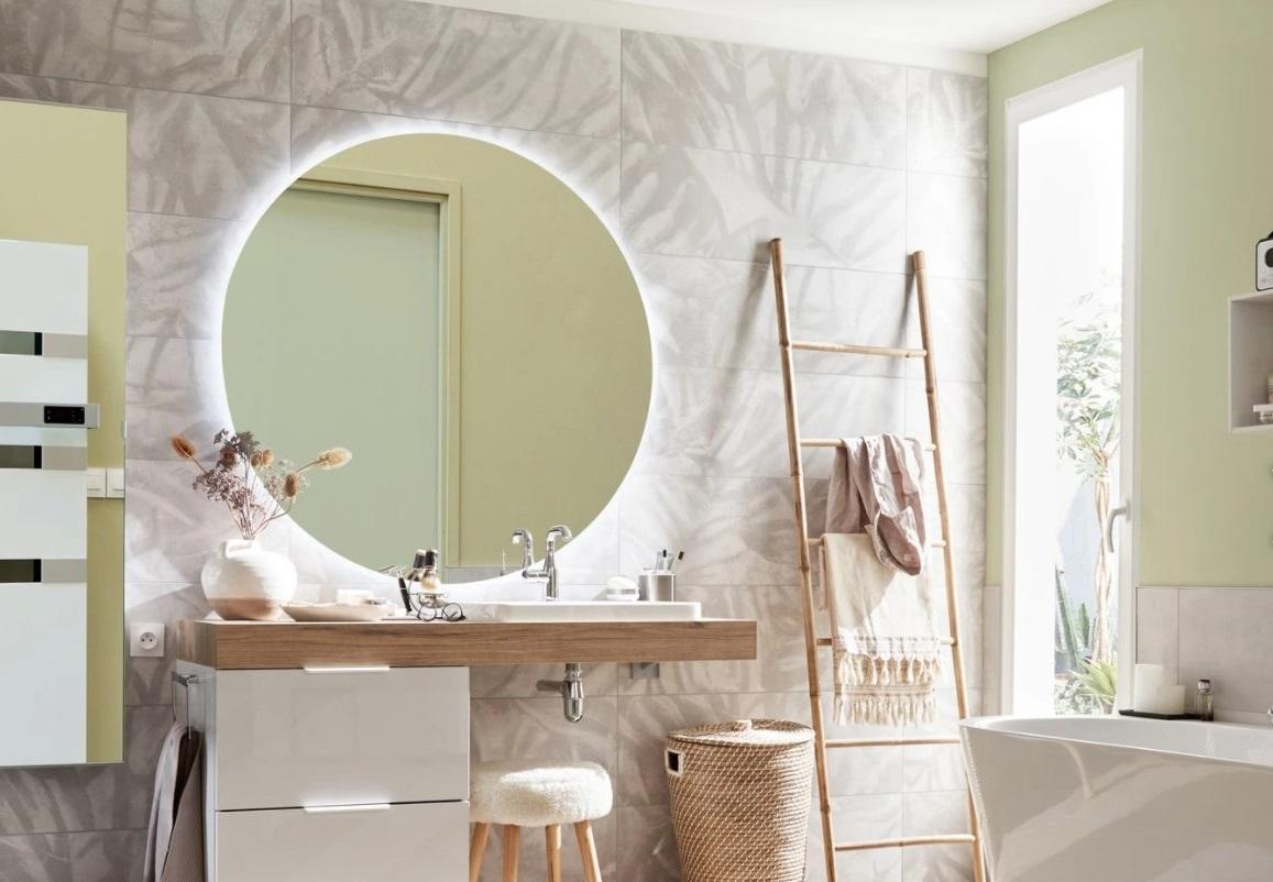 Le Miroir Lumineux Est Comme Un Soleil Dans La Salle De Bain