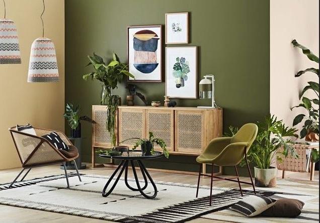Mur Vert Et Meubles Clairs –