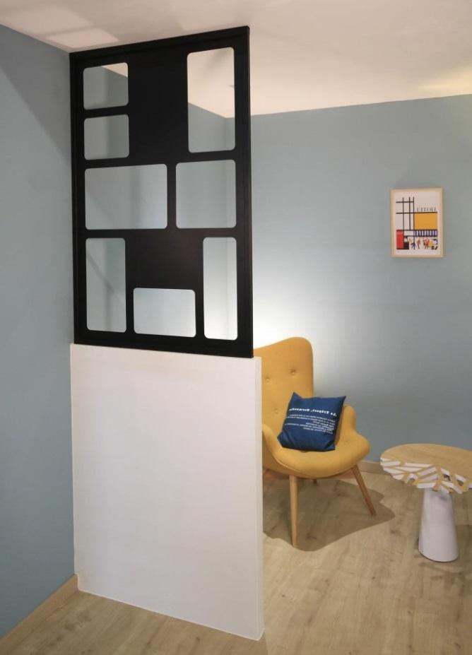 Claustra Cubiste Posée Sur Un Demi Mur